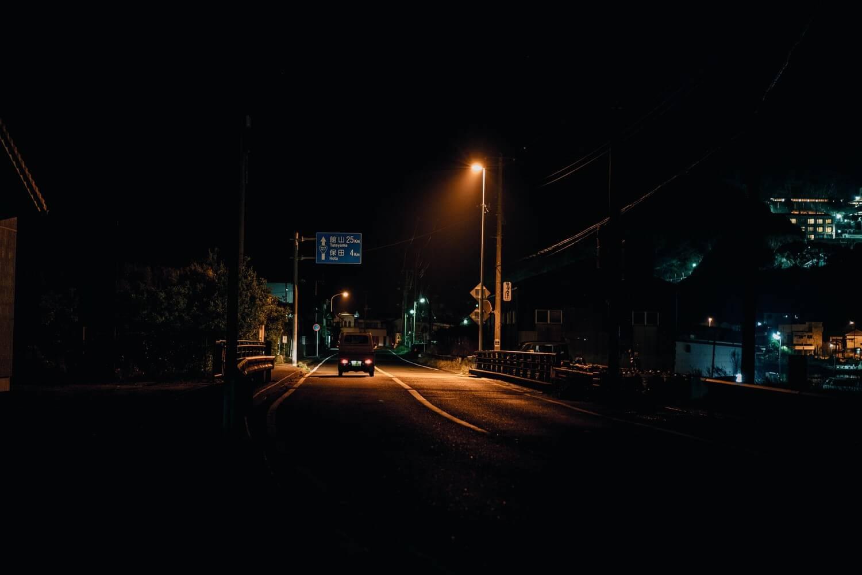 真夜中に浮かび上がるトラック