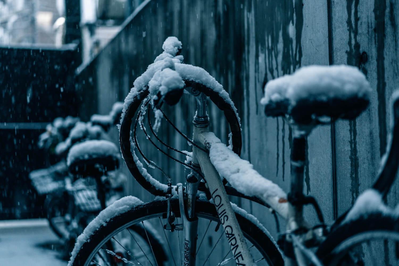 雪が積もっている自転車