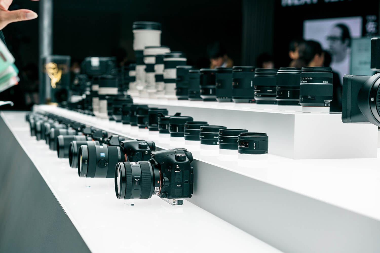 Sonyのブースの写真。カメラが並んでいる