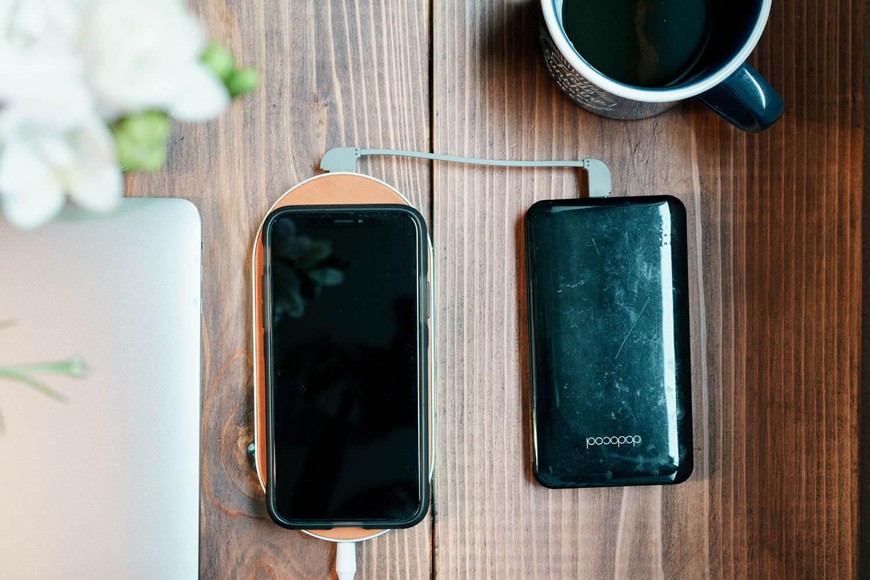 モバイルバッテリーも同時に充電ができる