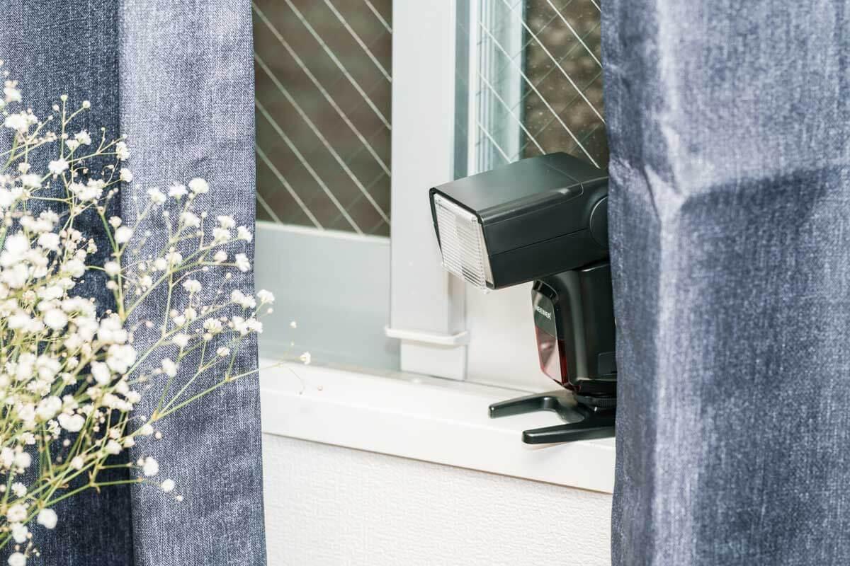 窓際にストロボを置いている図