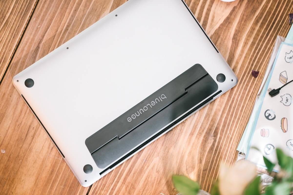 Kickflipを背面につけたMacBook