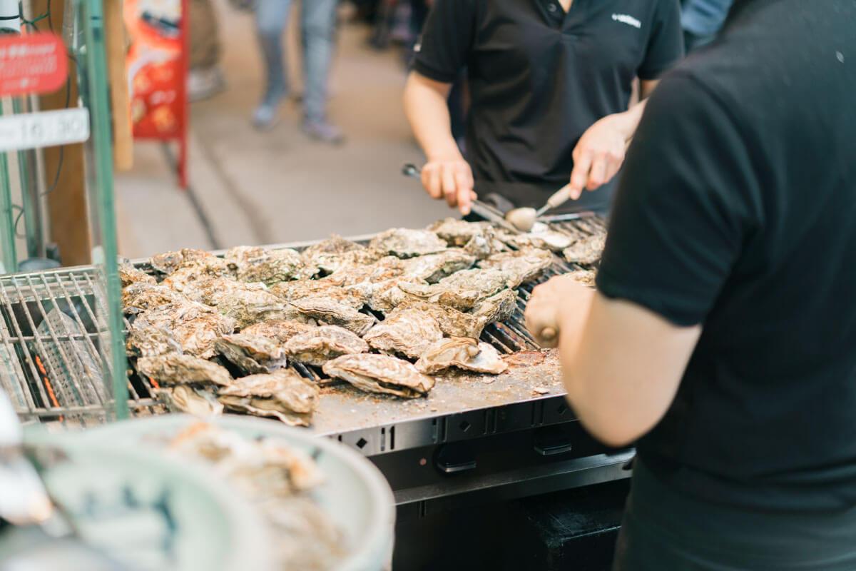 外でもくもくと焼き牡蠣が生産されている