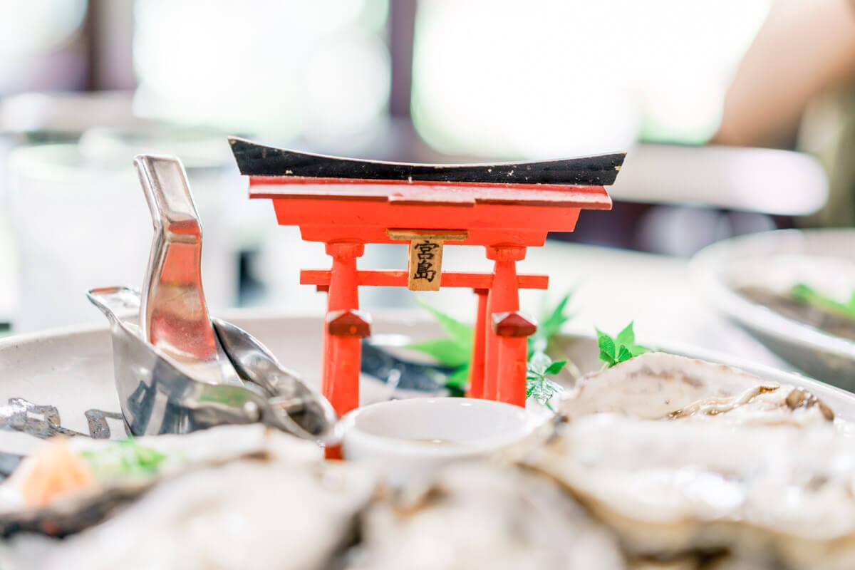 生牡蠣についてくる宮島の鳥居