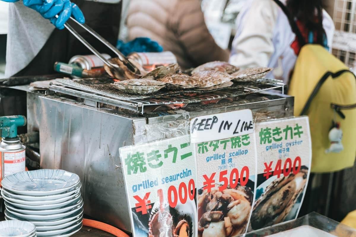 焼きウニやカキなども目の前で調理