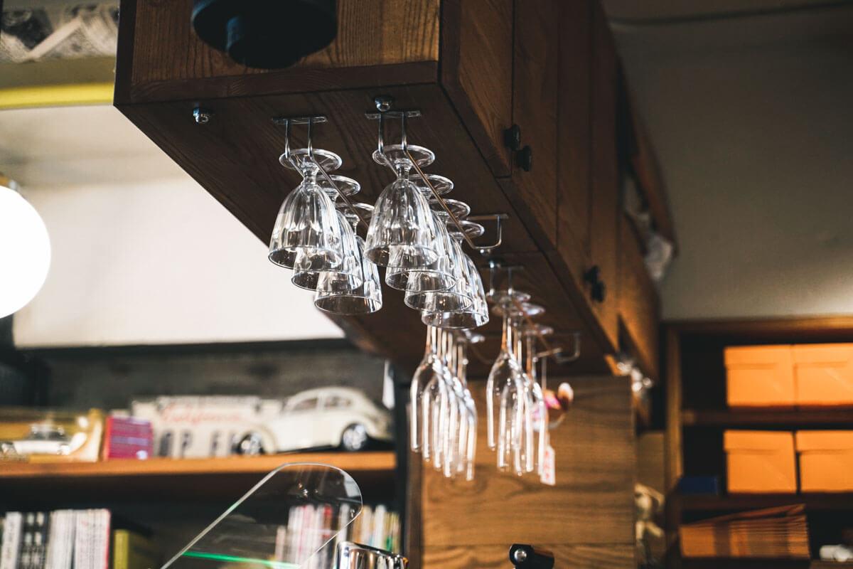 シェリーズバーガーカフェの天井にかかっているグラス