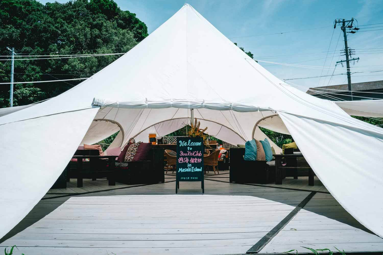 グランピングを行う白いテント