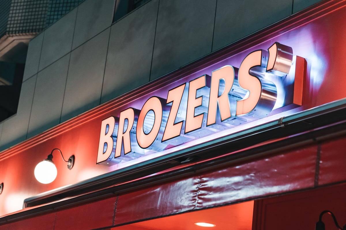 BROZERS'(ブラザーズ)の看板
