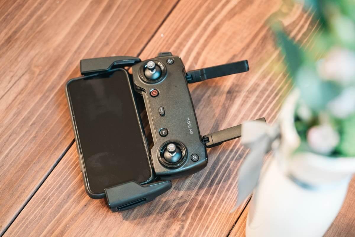 ドローンのコントローラーにスマートフォンをつけた画像