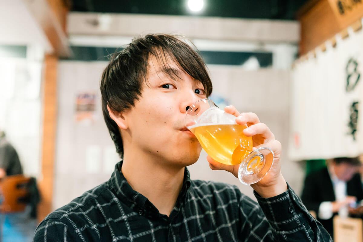ビールを飲むけーすけ