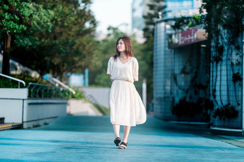 歩く女性を撮影した写真
