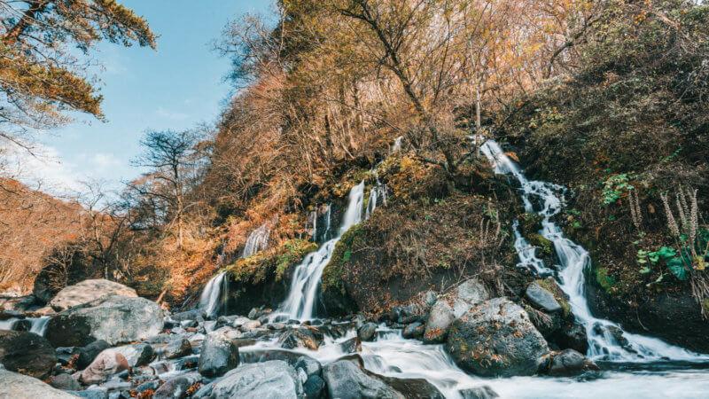 いくつもの滝が折り重なる美しい滝の姿