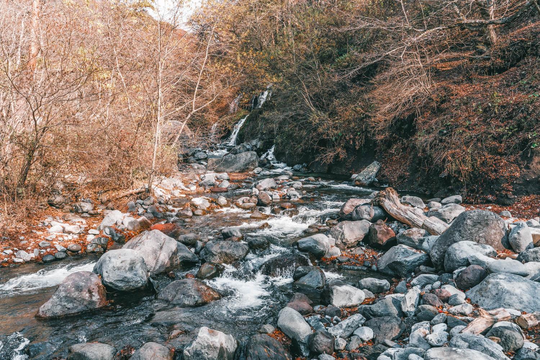 吐竜の滝の岩場