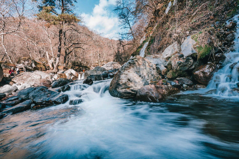 吐竜の滝の美しい流れ