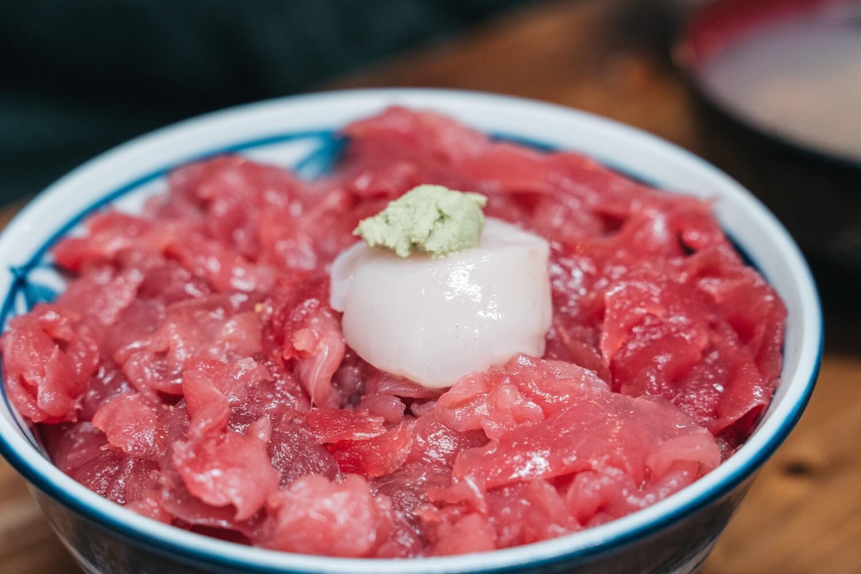 ネギトロ丼ホタテ入の写真