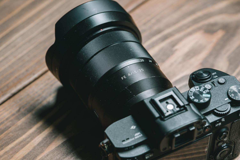 α7IIIに装着したSONY 16-35mm F4のレンズ