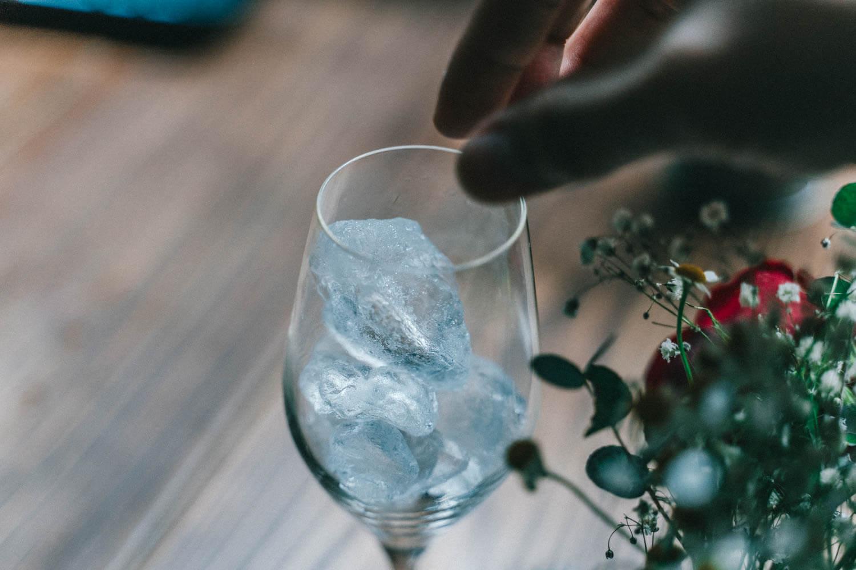 グラスをアイスで満たす
