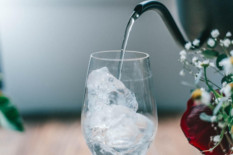 グラスを水で満たす