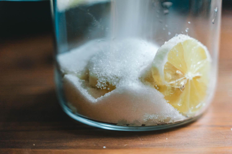 瓶に入ったレモンと砂糖